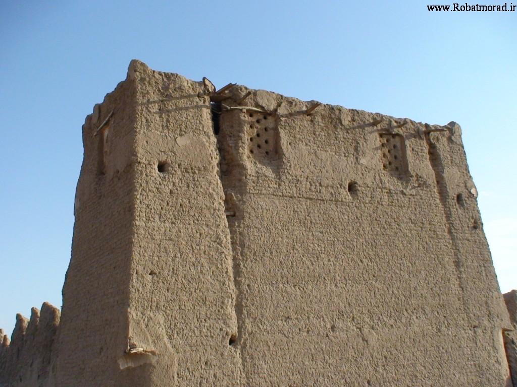 دیوار بلند حدود 6 متری